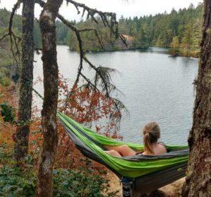 Session hamac au bord du lac Thetis Lake en Colombie Britannique au Canada