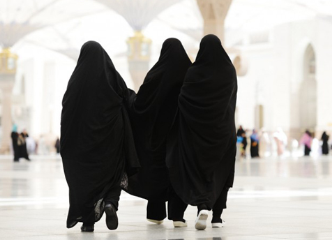 Women traveling without mahram in group