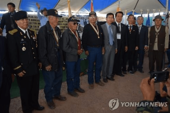 This file photo, provided by the Consulate General of the Republic of Korea in Los Angeles, shows Navajo veterans who fought in the 1950-53 Korean War during a ceremony to deliver peace medals to the warriors in 2016. (PHOTO NOT FOR SALE) (Yonhap)
