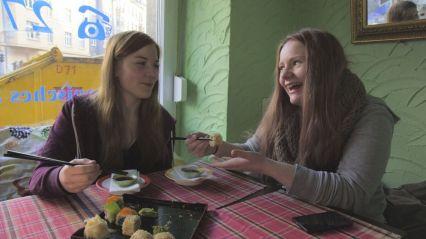 """""""Zickenalarm - Mädchen in der Pubertät"""": Maria und Iwa beim Sushi-Essen."""