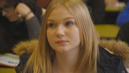 """""""Zickenalarm - Mädchen in der Pubertät"""": Sarah in der Schule."""