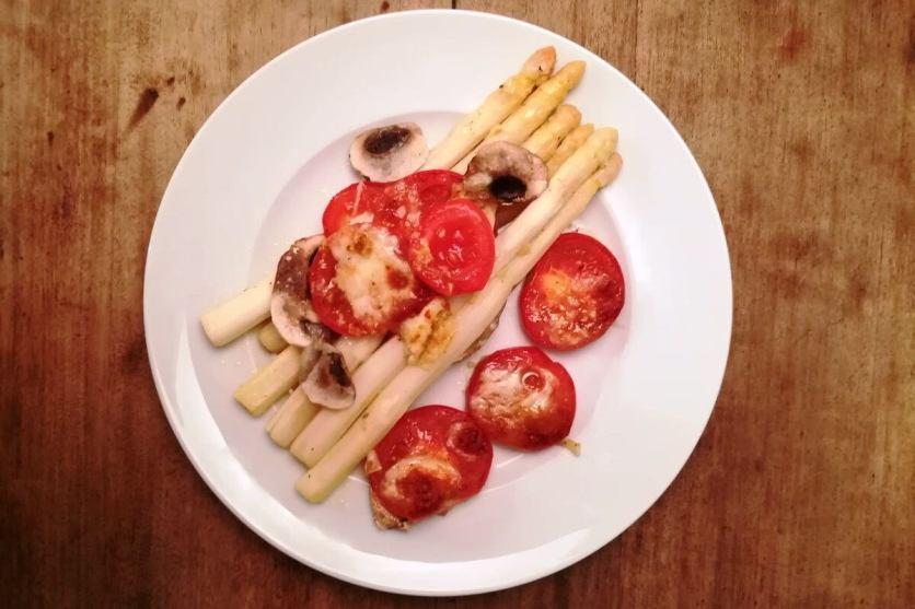 Überbackener Spargel mit Champignons, Tomaten und Mozzarella