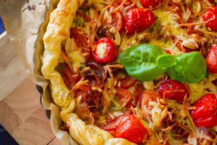 Tomatige Quiche mit Cashew-Pesto