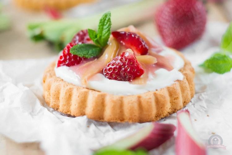 Biskuit-Torteletts mit Zitronencreme küsst fruchtigen Rhabarberkompott…