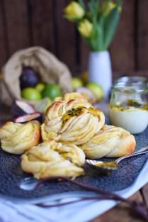 Passionsfrucht Limetten Kringel - Hefeteilchen mit Maracuja und Liemtte - Passionfruit Lime Rolls