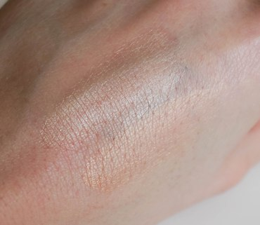 SWATCHES- Glowing Pearl Cushion highlighter 01, 02