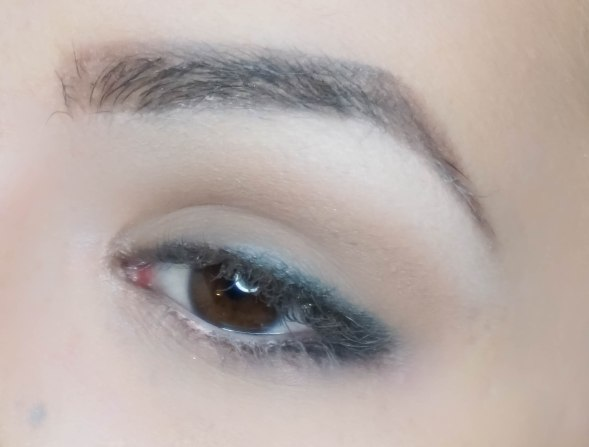 First highlight your brow bone with applying matte eyeshadow (Sigma E60, Foxy) right under the brow and then apply soft matte brown eyeshadow on your crease (Zoeva 227, Naked) as a base for easier additional blending.