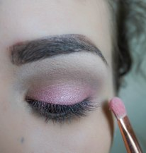 Apply pink pearly eyeshadow on your eye lid; Shade CL070, Brush ZOEVA 234