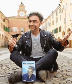 Marco Ligabue con il suo libro Salutami tuo fratello