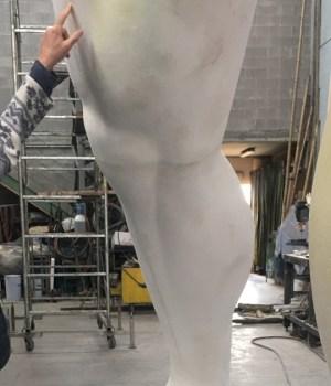 Mr Arbitrium e lo scultore Emanuele Giannelli dentro la Cittadella del Carnevale di Viareggio