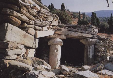 Ρείπιο ξερής λιθιάς: Παλαιόπολη Άνδρου. Ως μνημείο για το μεγαλείο της κατασκευής του, αρκεί... -που η ιστορία του!
