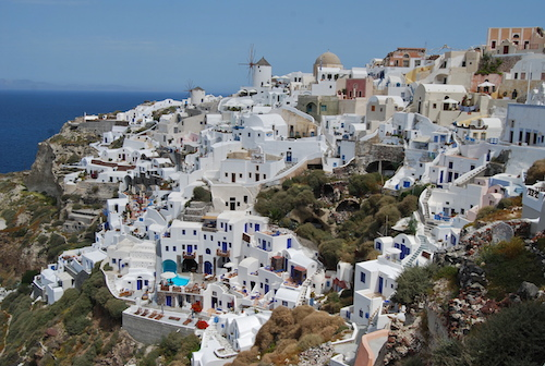 Η τουριστική Σαντορίνη έλκει με το λευκό της χρώμα (από το αρχείο του συγγραφέα)
