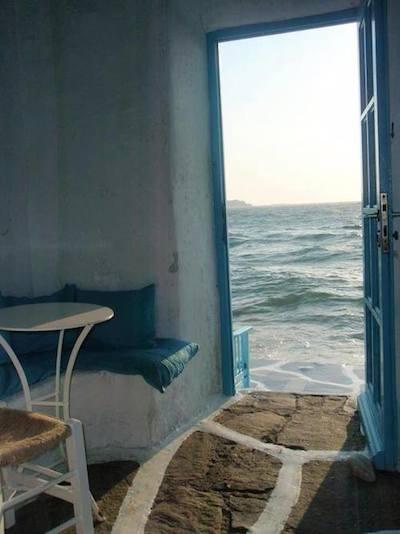 Αιγαίο: ένα παράθυρο στο φως... (φωτογραφία από το διαδίκτυο)
