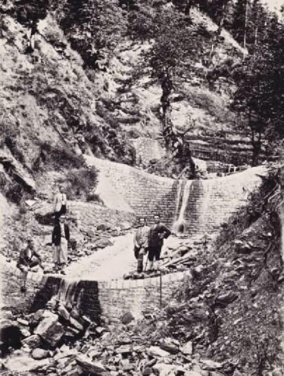 Μια ιστορική φωτογραφία: το επιστημονικό επιτελείο της Υπηρεσίας Χειμάρρων φωτογραφίζεται στα αποπερατωθέντα διαδοχικά φράγματα κλάδου Νεβροβουνίστας Μουζακίου το 1932. Διακρίνονται από αριστερά προς τα δεξιά οι εξής δασολόγοι: Αν. Κοφινιώτης, Ν. Μεταξάς, Λ. Οικονομίδης, Σ. Τσιτσάς και Ι. Ζαζάς. Από αυτούς ξεκίνησε η μεγαλειώδης προσπάθεια της δασικής υπηρεσίας για την αντιμετώπιση του χειμαρρικού προβλήματος της χώρας (από το αρχείο της δασικής υπηρεσίας).