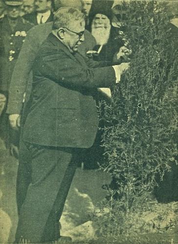 «Ο Αρχηγός αναρτών πινακίδα με το όνομά του στο πρώτο δένδρο που φύτευσε», από το περιοδικό «Η ΝΕΟΛΑΙΑ» 18-2-1939 (από το αρχείο του συγγραφέα).