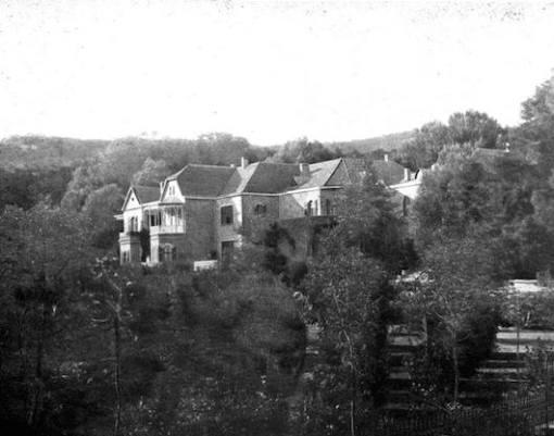 Το Κτήμα Τατοΐου (άποψη της επαύλεως) στις αρχές του 20ου αιώνα (από το αρχείο του συγγραφέα).