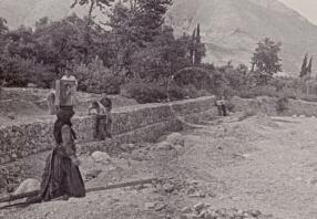 Λευκάδα, αρχές της δεκαετίας του '50, γυναίκα μεταφέρει πέτρες όπως οι Ηπειρώτισσες, και το συνεργείο της δασικής υπηρεσίας επί τω έργον (από το αρχείο του Αντώνιου Β. Καπετάνιου).