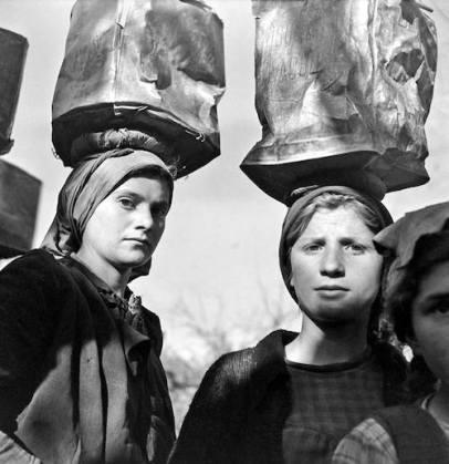 Ήπειρος, μετά την Κατοχή: κορίτσια με λάτες και ποδολόγους μεταφέρουν πέτρες για την κατασκευή αντιχειμαρρικών έργων της δασικής υπηρεσίας (φωτογραφία: Βούλα Παπαϊωάννου).