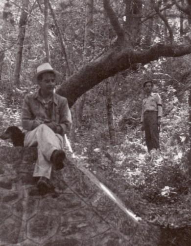 Ο δασάρχης και ο δασοφύλακας λίγο πριν τον πόλεμο, σε χαρακτηριστικό ενσταντανέ (από το αρχείο του συγγραφέα).