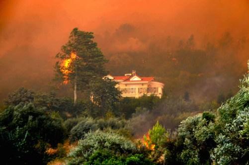 Η οικία στο μεσογειακό δάσος αποτελεί εν δυναμεί θύμα των συνθηκών του (φωτογραφία από το διαδίκτυο)