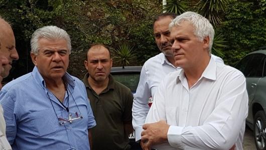 Ο αναπληρωτής υπουργός αρμόδιος για θέματα Περιβάλλοντος Γιάννης Τσιρώνης συνομιλεί με φορείς και κατοίκους της Λίμνης Ευβοίας, την Τρίτη 9 Αυγούστου 2016, κατά τη διάρκεια της  επίσκεψής του στις πληγείσες από τις πυρκαγιές περιοχές της Εύβοιας.  ΑΠΕ-ΜΠΕ/ ΑΠΕ-ΜΠΕ/ STR