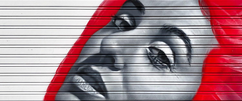 Graffiti en persiana de comercio o tienda. Mural de Dase