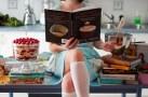 девушка с книгой рецептов