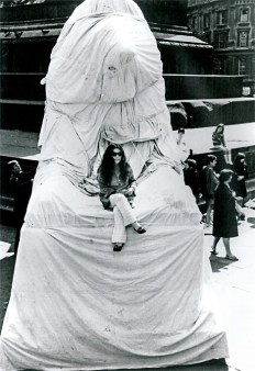 Lion Wrapping event, 1967 Performed von Yoko Ono und anderen, Trafalgar Square London, 3. Aug. 1967