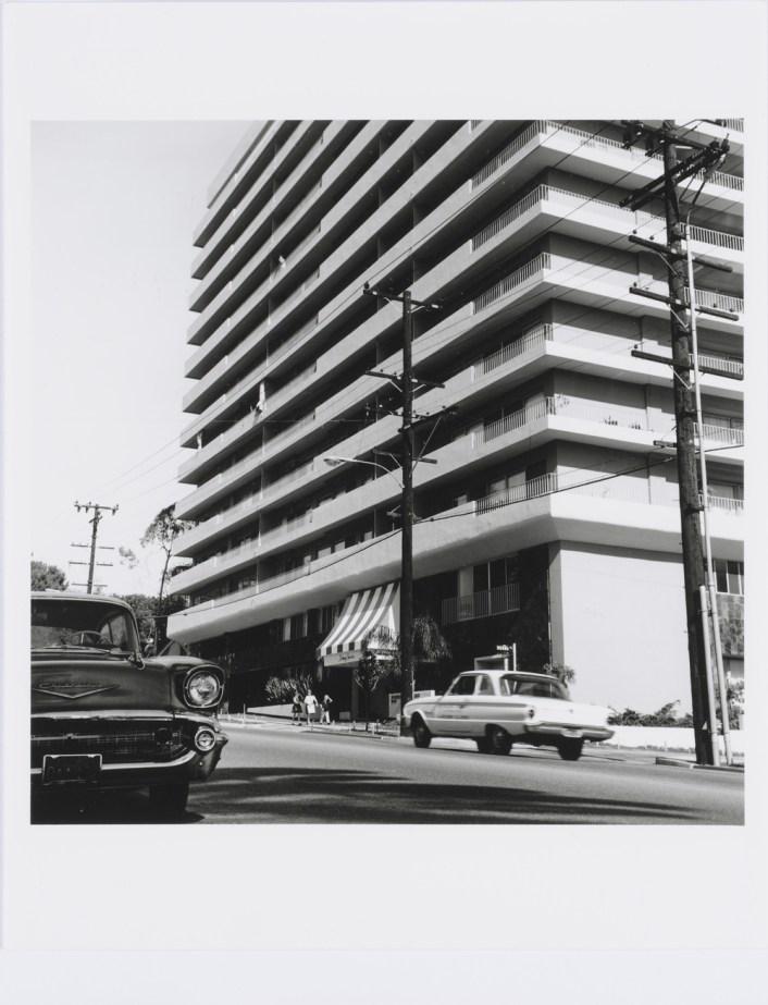 Ed Ruscha, Doheny Towers, Abzug auf Silbergelatinepapier. Aus: Twentyfive Apartments, 1965/2003, Edition von 25 Photographien. Blätter jeweils: 9 13/16 x 7 14/16 in. (25,2 x 20,2 cm), Bilder jeweils: 7 3/8 x 7 3/8 in. (18,7 x 18,7 cm), Epreuve d'artiste V/V (bei einer Auflage von 8 Exemplaren, )Kunstmuseum Basel. © Ed Ruscha