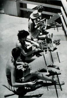 Black Mountain College Studentinnen am Rückenband-Webgerät, 1945