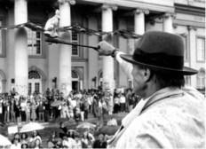 Joseph Beuys zeigt den Friedenshasen in die Menge, 1982 (Fotonachweis: Stiftung 7000 Eichen (Hg.), 7000 Eichen. Joseph Beuys. Stadtverwaldung statt Stadtverwaltung (CD-ROM, Bilder), Kassel 2002)