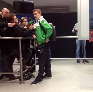 Gladbach-Stürmer Max Kruse stellt sich nach dem Spiel gegen Sevilla den Fragen der Journalisten