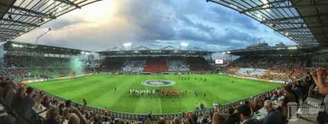 Das Stadion am Millerntor beim DFB-Pokalspiel zwischen dem FC St. Pauli und Borussia Mönchengladbach. Mit Dom. Foto: David Nienhaus