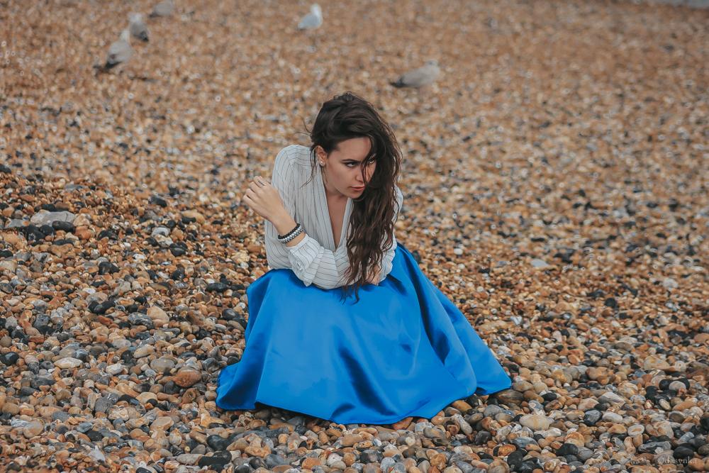 dasynka-fashion-blogger-london-life-street-style-pinterest-skirt-blue-red-black-bag-white-look-sweater-jacket-long-hair-zara-hm-asos-hermes-bracelet-harrods-pochette-big-beige-brighton-pier-beach-shirt