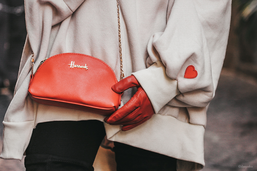 dasynka-fashion-blog-blogger-shooting-model-naples-boots-high-gloves-red-harrods-sweater-bag-hat-pochette