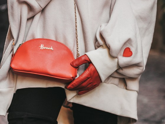 dasynka-fashion-blog-blogger-shooting-model-naples-boots-high-gloves-red-harrods-sweater-bag-hat-pochette