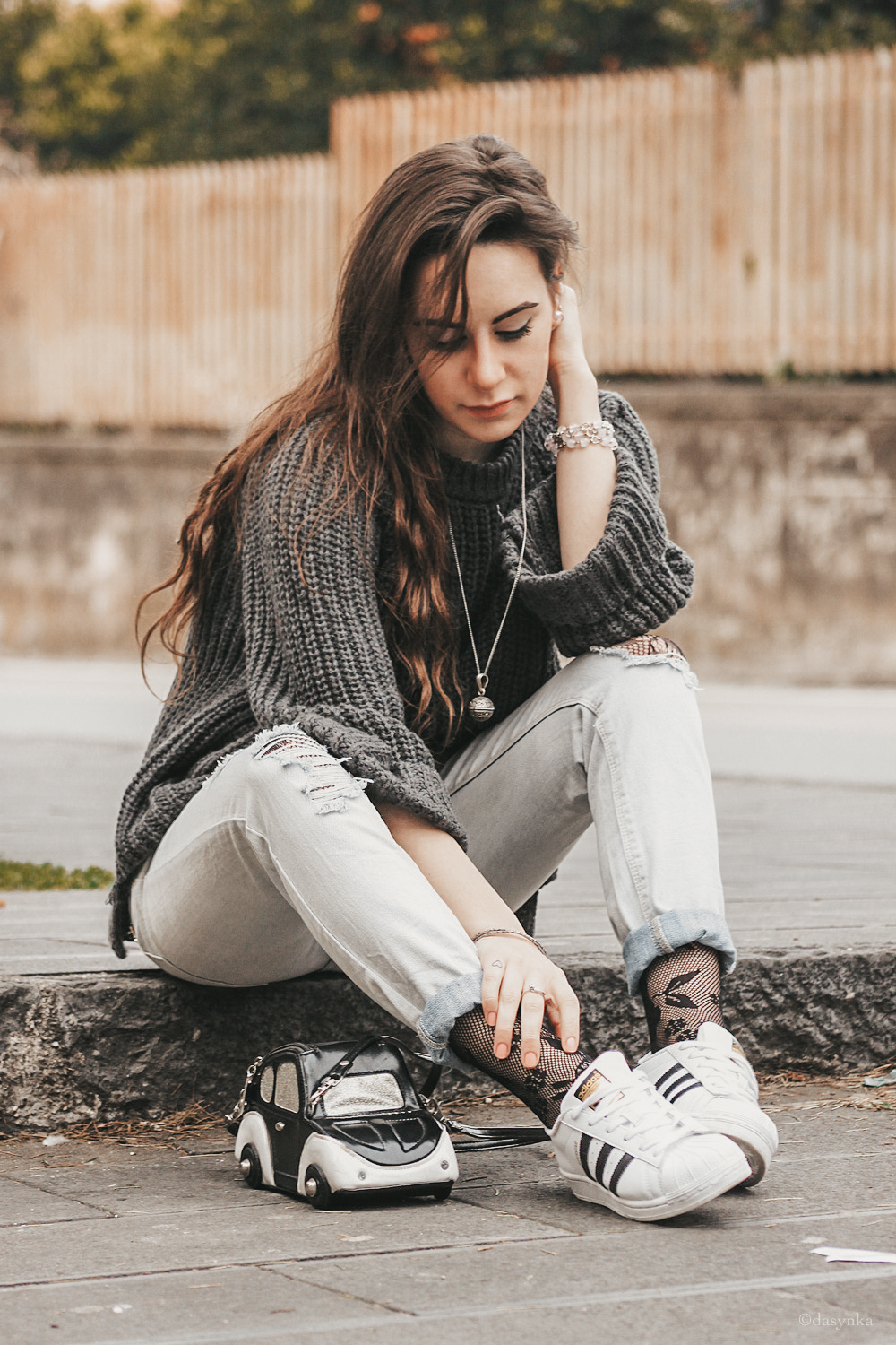 dasynka-fashion-blog-blogger-influencer-inspiration-shooting-model-globettrotter-travel-girl-lookbook-instagram-long-hair-street-style-casual-italy-lifestyle-outfit-sweater-grey-boyfriendjeans-fishnet-stockings-adidas-superstar-jeans-comfy-cozy-outfit-look-ideas-style-instagrammer-spring