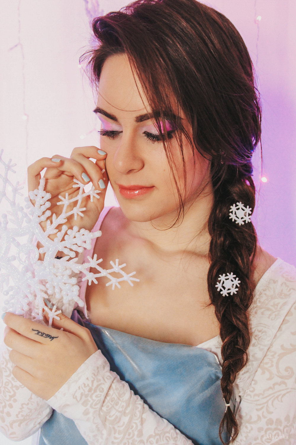 dasynka-fashion-blog-blogger-influencer-inspiration-shooting-model-globettrotter-travel-girl-lookbook-instagram-long-hair-street-style-casual-italy-lifestyle-outfit-elsa-frozen-cosplay-cosplayer-disney-carnival-mask-princess-make-up-costume-ideas-artist