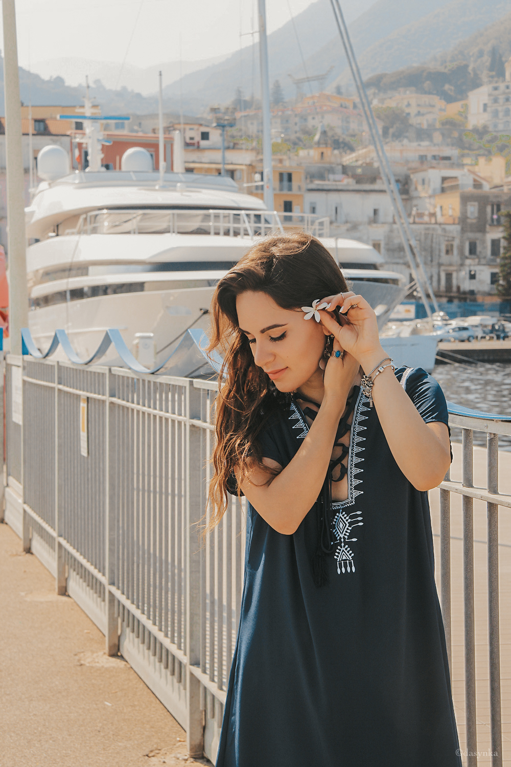 dasynka-fashion-blog-blogger-influencer-inspiration-shooting-model-globettrotter-travel-girl-lookbook-instagram-long-hair-street-style-casual-italy-lifestyle-look-outfit-poses-tee-dress-blue-sea-casual-inspired-inspo