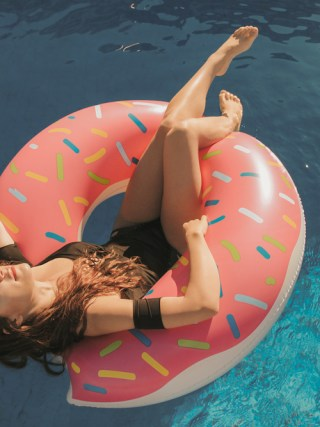 dasynka-fashion-blog-blogger-influencer-inspiration-shooting-model-globettrotter-travel-girl-lookbook-instagram-long-hair-street-style-casual-italy-lifestyle-outfit-poses-summer-pool-flamingo-swimsuit-bikini-swimwear-one-piece-black-pink-donuts-donut-float-beach-look-inspo-shoot-body