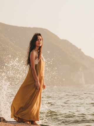 dasynka-fashion-blog-blogger-influencer-inspiration-shooting-model-globettrotter-travel-girl-lookbook-instagram-long-hair-street-style-casual-italy-lifestyle-outfit-poses-zara-casual-chic-instagrammer-inspo-summer-beach-sun-sunset-sea-ocean-mermaid-dress-yellow-white-bikini-swimwear-onepiece-swimsuit-body-traveler-photography-beautiful-photo-professional