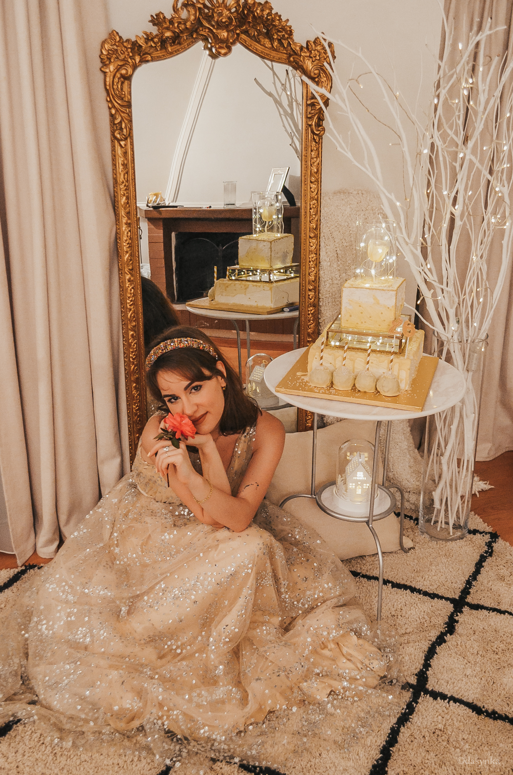 dasynka-fashion-blog-blogger-influencer-inspiration-ootd-inspo-outfit-shooting-model-globettrotter-travel-lookbook-instagram-street-style-italy-lifestyle-outfit-poses-anastasia-princess-disney-lightroom-preset-ideas-gold-dress-birthday-cake-golden-mirror-gothic