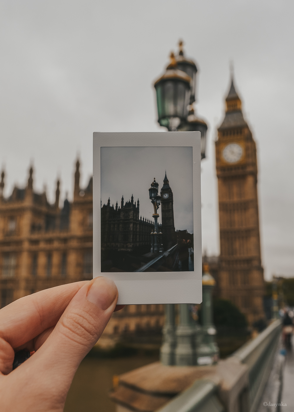 dasynka-fashion-blog-blogger-influencer-inspiration-shooting-globettrotter-travel-traveller-instagram-lifestyle-italy-ideas-italian-polaroids-polaroid-fujifilm-instax-90-8-worldmap-planisfero-mappa-mondo-pin-memories-photographs-vintage-print-london-big-ben-westminster