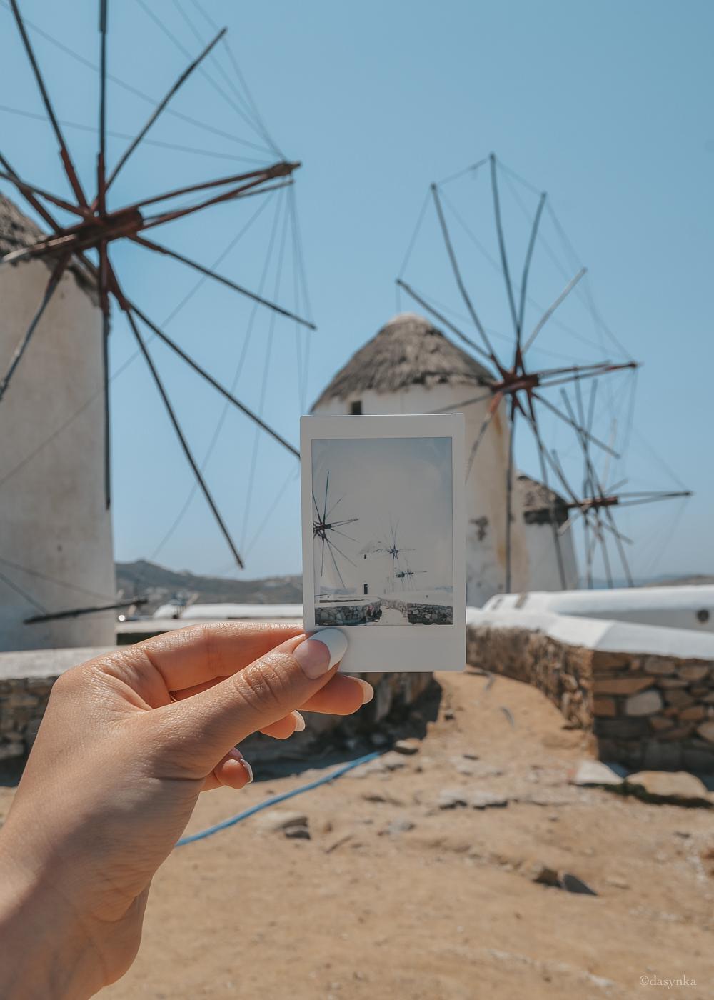dasynka-fashion-blog-blogger-influencer-inspiration-shooting-globettrotter-travel-traveller-instagram-lifestyle-italy-ideas-italian-polaroids-polaroid-fujifilm-instax-90-8-worldmap-planisfero-mappa-mondo-pin-memories-photographs-vintage-print-mykonos-windmills