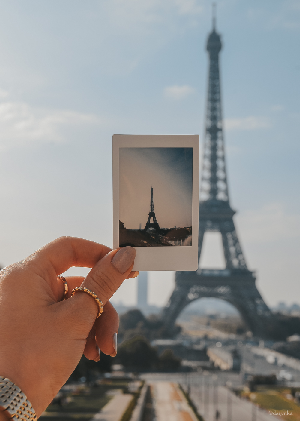 dasynka-fashion-blog-blogger-influencer-inspiration-shooting-globettrotter-travel-traveller-instagram-lifestyle-italy-ideas-italian-polaroids-polaroid-fujifilm-instax-90-8-worldmap-planisfero-mappa-mondo-pin-memories-photographs-vintage-print-paris-tour-eiffel