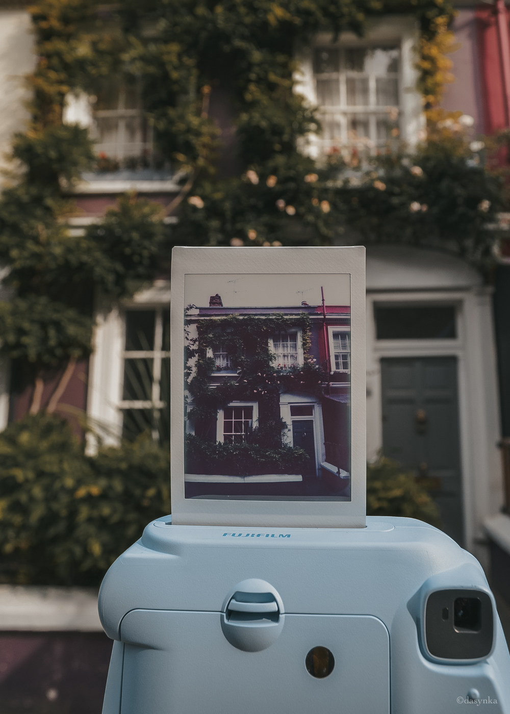 dasynka-fashion-blog-blogger-influencer-inspiration-shooting-globettrotter-travel-traveller-instagram-lifestyle-italy-ideas-italian-polaroids-polaroid-fujifilm-instax-90-8-worldmap-planisfero-mappa-mondo-pin-memories-photographs-vintage-print-london-notting-hill