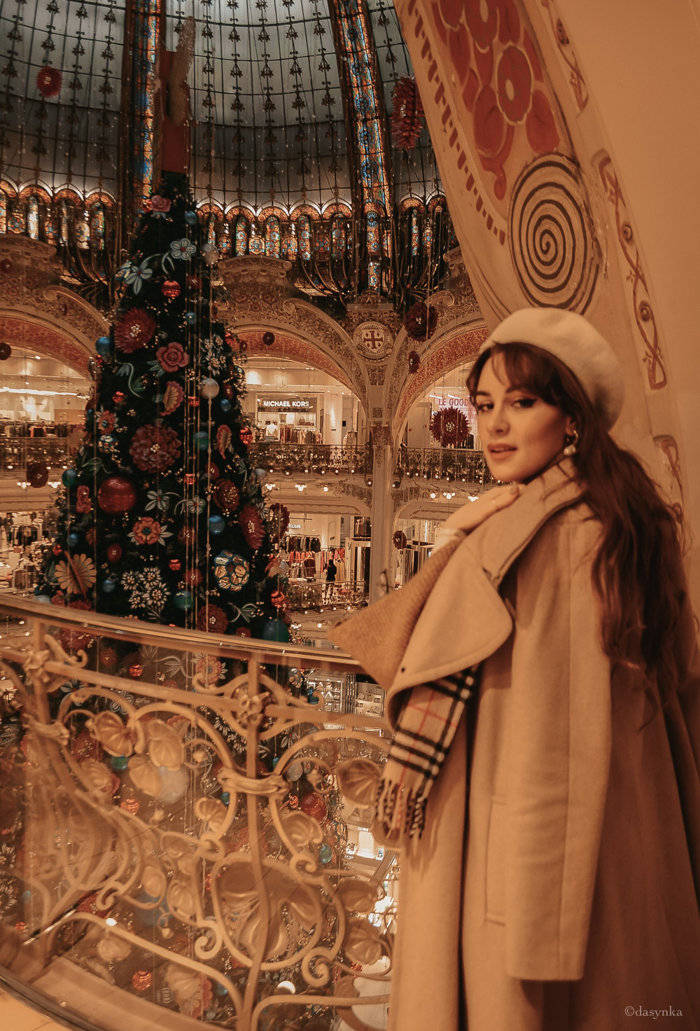 dasynka-fashion-blog-blogger-influencer-inspo-inspiration-shooting-model-globettrotter-travel-girl-lookbook-instagram-instagrammer-long-hair-street-style-casual-italy-lifestyle-outfit-poses-look-ootd-ideas-elegant-italian-paris-coat-camel-burberry-hat-basque-browne-boots-black-shirt-bow-sweater-cozy-parisien-parisienne-parisian-neutral-beige-white-scarf-france-tour-eiffel-lafayette-christmas-tree