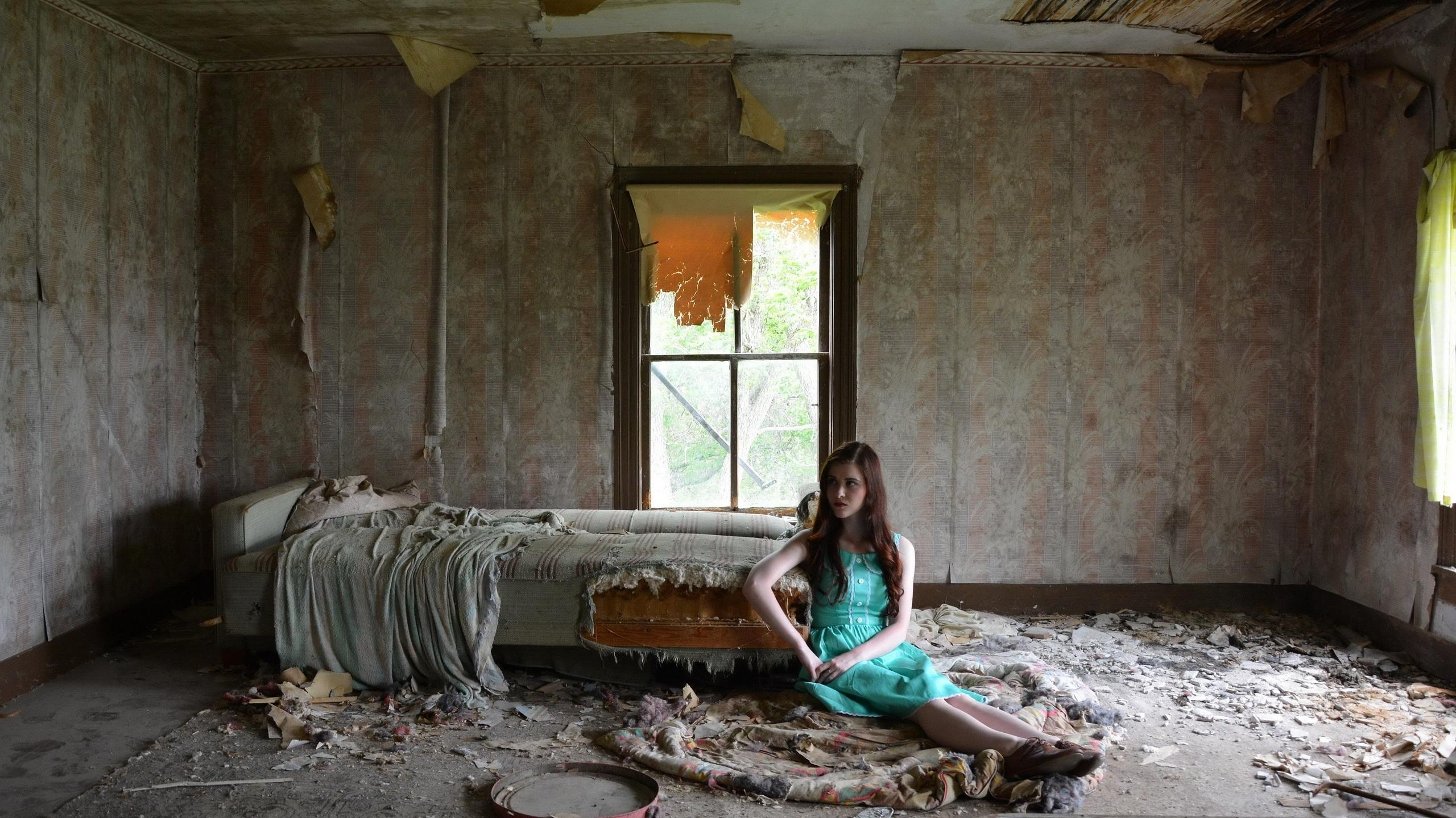 HD Woman Sitting In The Abandoned Room Wallpaper