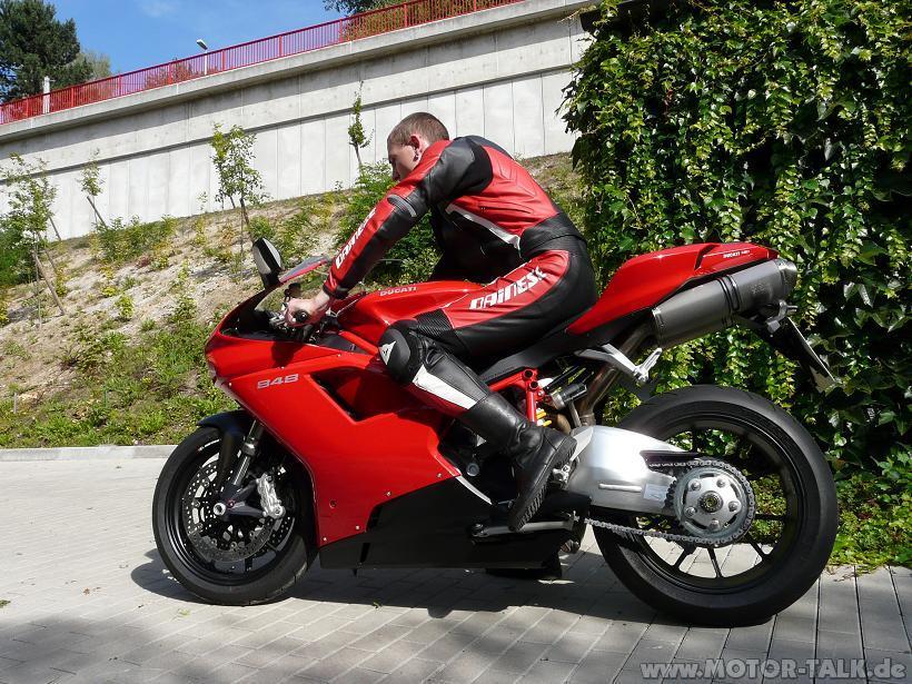In Lederkombi auf dem Motorrad