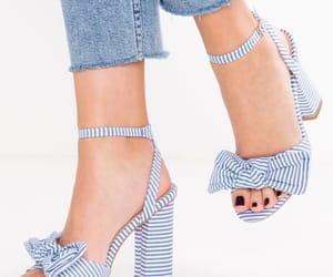 تفسير خلع الحذاء في الحلم رؤية نزع حذاء في المنام